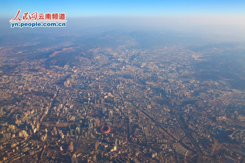 人民网春城v春城昆明:用不一样的视频看记者(高视角腿抖张艺兴图片
