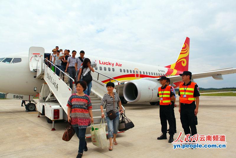 云南祥鹏航空开通昆明-宜春-上海航线; 飞机降落在江西宜春机场; 波音