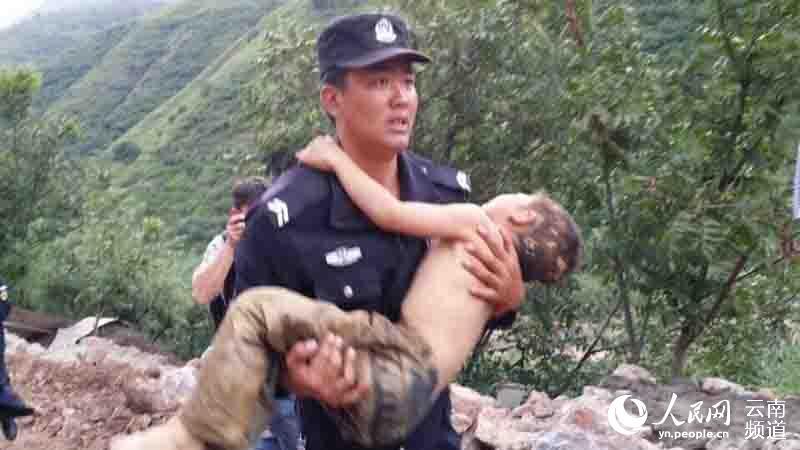 直击昭通鲁甸6.5级地震灾区现场 警察抢救受伤儿童(组图)【2】