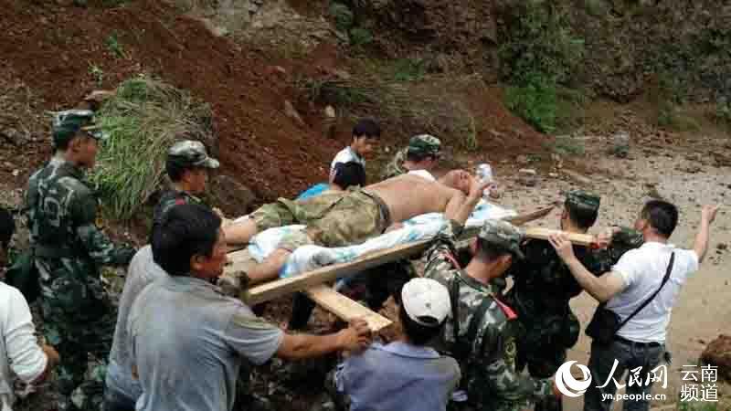 直击昭通鲁甸6.5级地震灾区现场 警察抢救受伤儿童(组图)