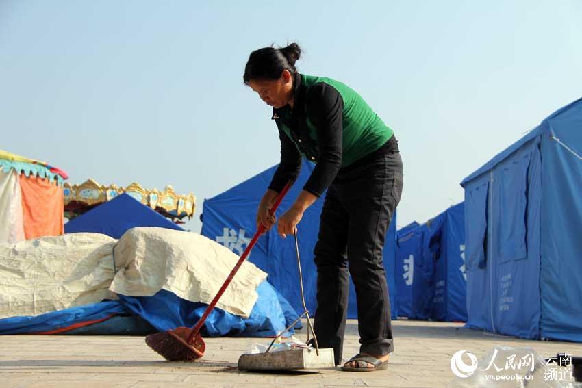10月10日上午,震中永平镇岱骏新广场安置点,从临沧双江县来永平镇务工