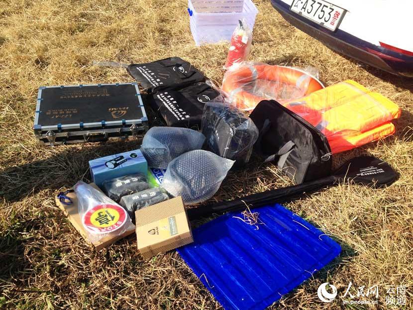 心 阻车路障 灭火器 救生衣等装备 摄影: -昆明市18辆反恐处突巡逻