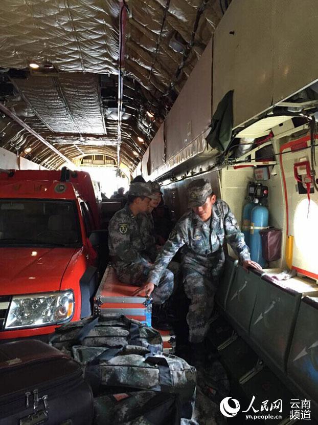 人民网昆明4月27日电 4月27日10:17分,一架伊尔76飞机从昆明机场紧急起飞,赴尼泊尔地震灾区执行国际人道主义救援任务。飞机上承载着第十四集团军某工兵团地震救援队第一梯队55名官兵和顶撑、破拆、生命探测仪、高空救援、4条生命搜救犬等救援物资。 昆明机场接到救援飞行保障通知后,各部门立即启动抗震救灾保障程序,云南机场集团副总裁、昆明机场党委书记邓喜平亲临现场指挥,要求飞行区管理中心确认救灾飞机运输机位并通知各保障单位做好救灾飞行保障,安检、护卫部、物流、地服、机务等岗位人员加强应急值守,开设应急保障