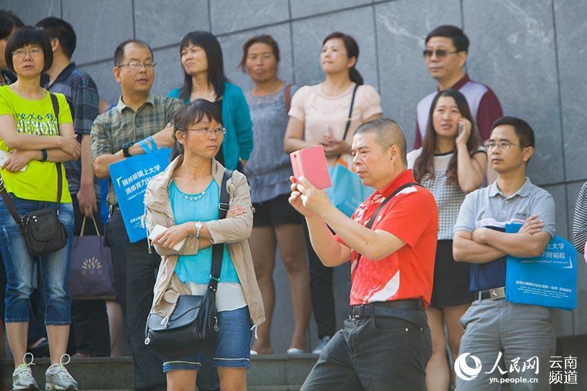 6月7日,云南师范大学实验中学考点外,家长们等待考试结束.