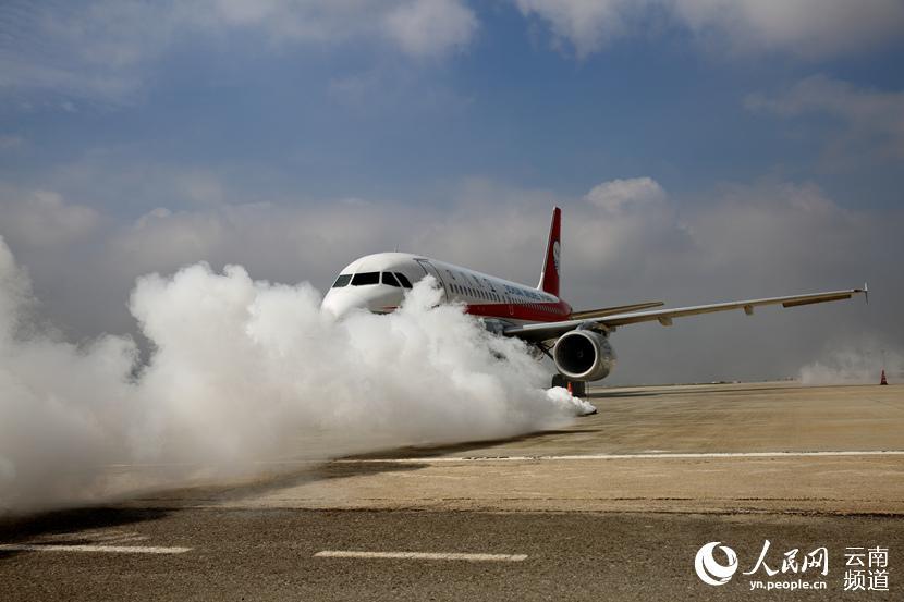 7月30日,昆明长水国际机场举行应急救援综合演练,图为航班迫降昆明长