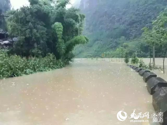 云南威信发生洪涝灾害 汽车被冲入河中(组图)