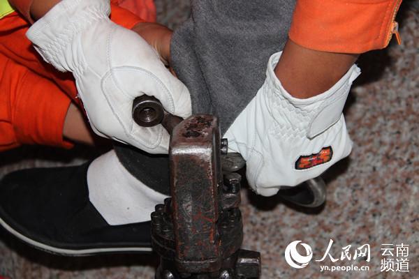脚镣锁住嫌疑人无法打开 大理州看守所向消防求助