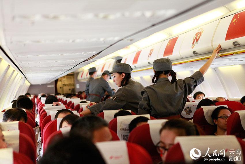 飞机起飞前,空乘进行安全检查