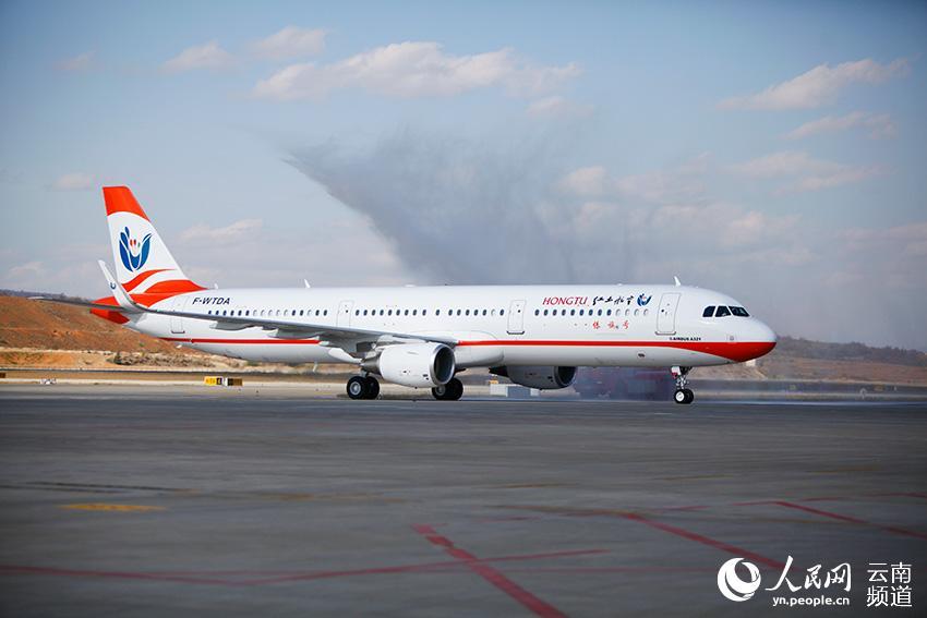 """云南红土航空首架飞机抵昆 在全国首推""""民族号""""系列飞机"""