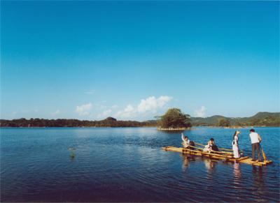 长湖风景区:四面青山环抱湖水清幽--云南频道--人民网