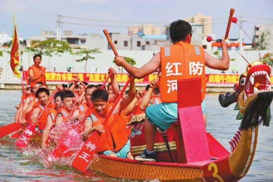 第二届包粽子、划龙舟大赛在蒙自市南湖公园举行,热热闹闹迎接即