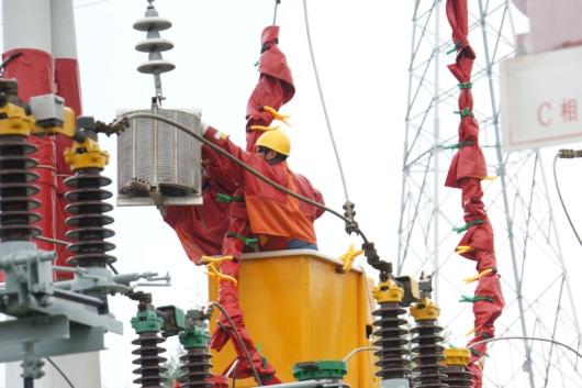 近日,在35千伏大河变电站35千伏营大茂线带电运行的情况下,曲靖供电局主配网带电作业人员联合开展带电作业,首次成功拆下两组老旧的线路阻波器,从而实现了曲靖供电局在35千伏电压等级带电作业技术上新的突破。 近年来,随着光纤通信的广泛运用,电力输电线路载波通道逐渐被光纤通道所取代,阻波器作为载波通信最重要的设备之一,也因此慢慢在电网里退出运行。本次带电拆除的阻波器就属于这种,虽然没有使用起来,但是仍带电挂在变电站间隔出线侧,随着运行时间长久,金属腐蚀老化严重,长期发热电能损耗大,对电网的安全运行有潜在的危险。
