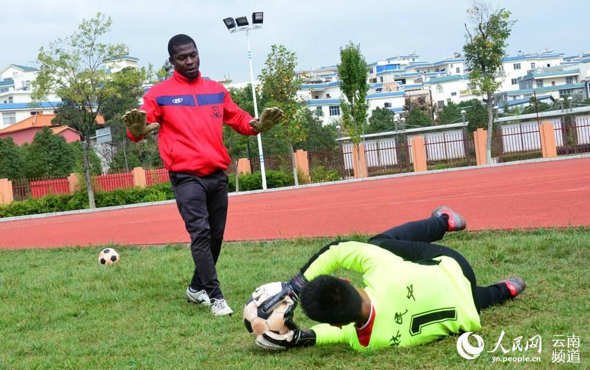 教育部聘三名外籍足球教练入驻云南石林当教