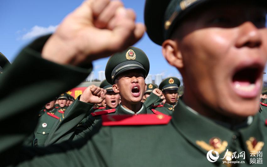 """服从中国共产党的领导,全心全意为人民服务……""""11月25日,武警图片"""