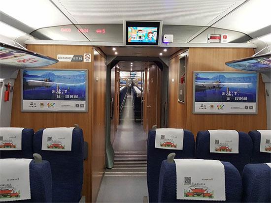 人民网昆明1月6日电 (李发兴)1月6日上午8时43分,浸透着丽江民族文化风情的G404次列车从昆明南站一号站台驶出,13小时13分后,将抵达北京西站。由此,丽江号京昆高铁专列正式运营。 经过整体装饰后的丽江号高铁专列把当地最具有代表性的自然景观和人文景观融入到车厢,通过外车门玻璃贴、车厢内LED信息屏、头枕片、小桌板贴、行李架彩贴、列车广播等形式,将动车打造成了展示丽江旅游景点、旅游产品及丽江民族文化的移动长廊。 旅游业的蓬勃发展,离不开交通的保障和支撑。高铁开通带来的时空压缩效应必将给云