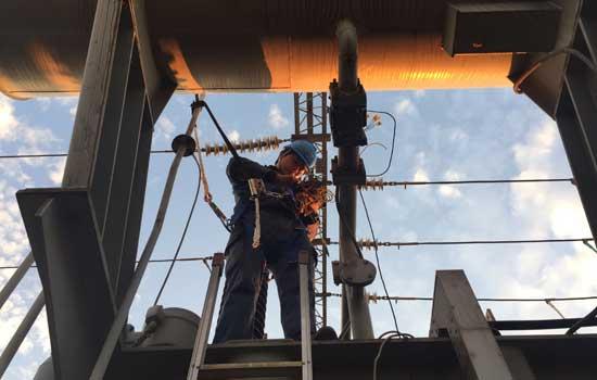 1月5日,曲靖马龙已是连续两天的阴雨天气,但却没能阻挡住曲靖供电局23名员工对110千伏小寨变电站的检修步伐和检修速度,从1月3日起,他们撸起袖子在设备中爬高上低已干了3天。 小寨变电站位于曲靖市马龙县城十公里外,周边厂矿繁多,是马龙县的重工业区,所有厂矿全靠小寨变电站供电,为了保障17个厂矿及居民2017年安全、稳定用电,曲靖供电局变电管理二所在此展开了全站预试定检工作。 在工作的第一天,高压专业负责人李滔说:2017年,我希望大家有个新的开始,我们作为第一个开工的队伍,必须做好带头作用,为今后一整年的