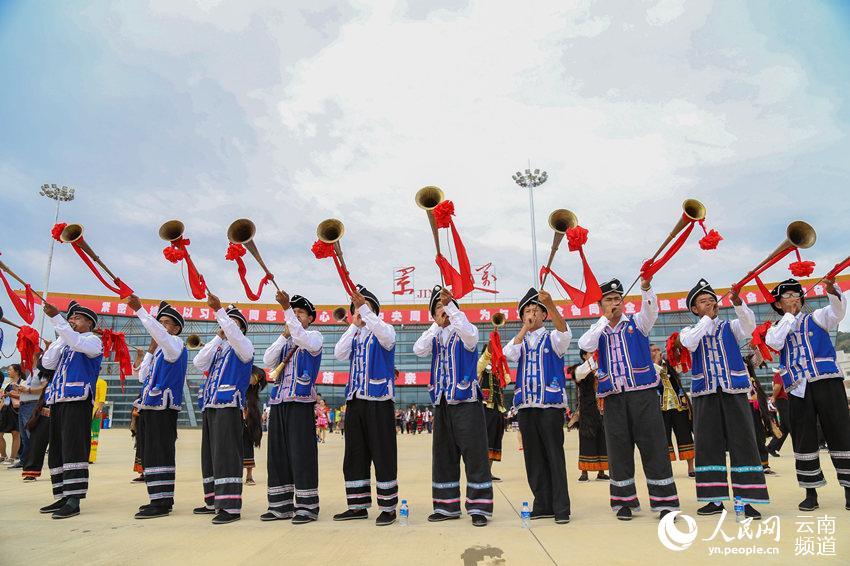 少数民族群众迎接飞机的到来 人民网 薛丹 摄