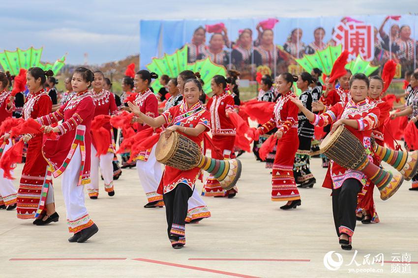 跳起快乐的拉祜舞蹈 人民网 薛丹 摄