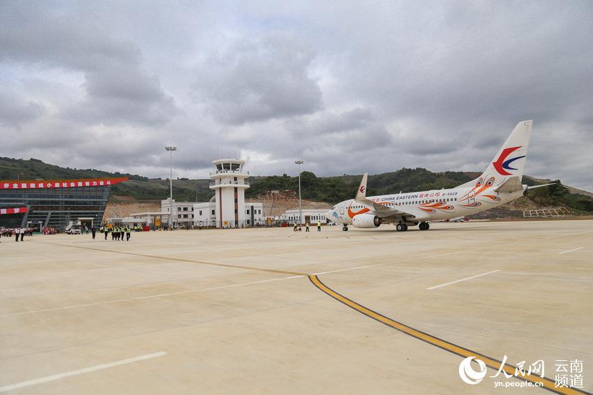 澜沧景迈机场首航飞机抵达后停靠在停机坪上 人民网 薛丹 摄