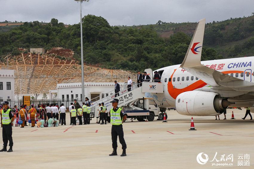 首批乘客抵达 人民网 薛丹 摄