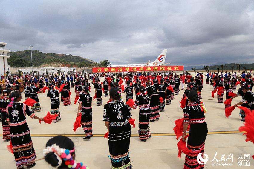 通航仪式现场少数民族群众跳起欢快的舞蹈 人民网 薛丹 摄