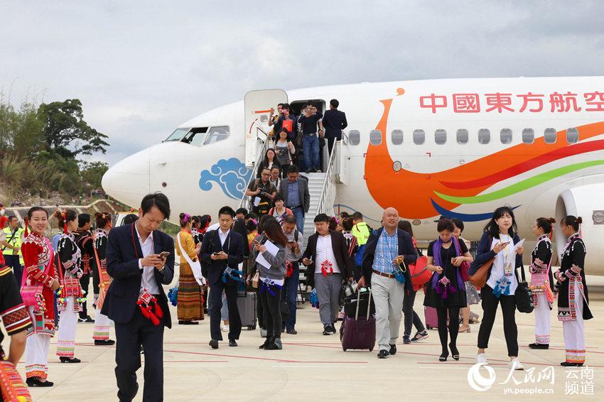 首批乘客抵达澜沧景迈机场 人民网 薛丹 摄