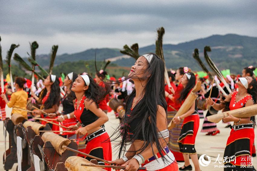 通航仪式上的佤族舞蹈表演 人民网 薛丹 摄