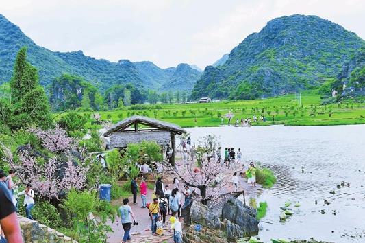 丘北县普者黑景区:风景迷人游客来