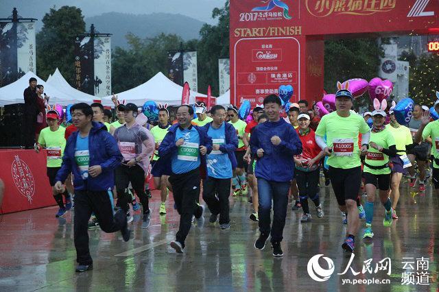 5000余名跑者齐聚茶城 开启首届普洱马拉松跨年狂欢(供图)