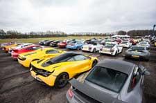 英私人机场聚集逾300辆超级跑车
