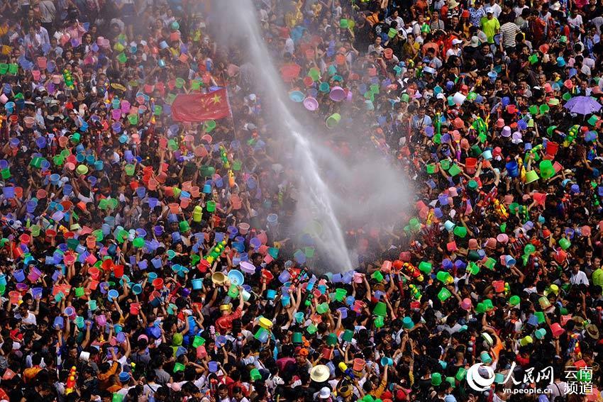芒市广场万人泼水狂欢。摄影:卢思维