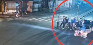 女子被压车底 多名外卖小哥合力抬车救人保山一女子遇车祸被压车底,一名外卖小哥路过,联系附近骑手合力抬车,最终救出女子。
