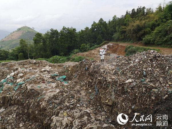 金平县卫生防疫部门对填埋场及周围环境进行消杀处理。摄影:李腾飞