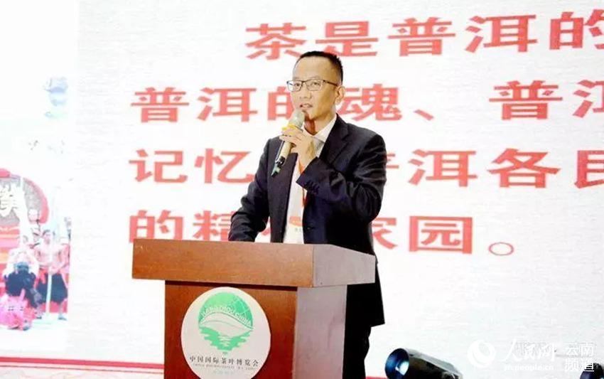 """普洱市委书记卫星在杭州""""茶博会""""上推介普洱茶(王承吉 摄)"""