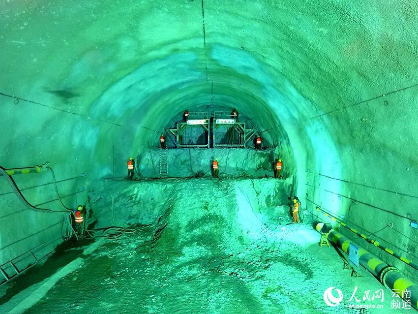 """施工人员采用""""三台阶带仰拱一次开挖工法""""开挖隧道.摄影:王晓政"""