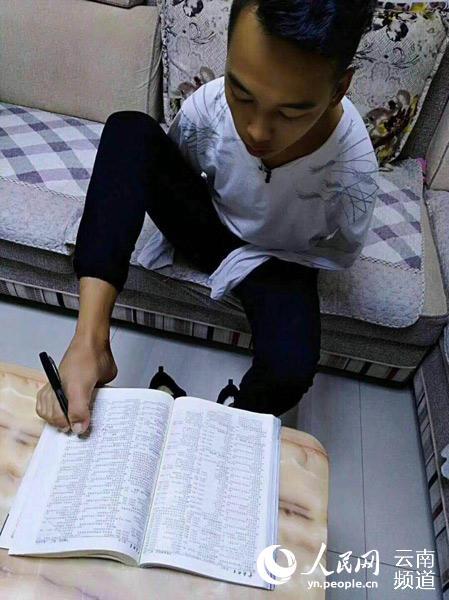 吴建早用脚写字。供图