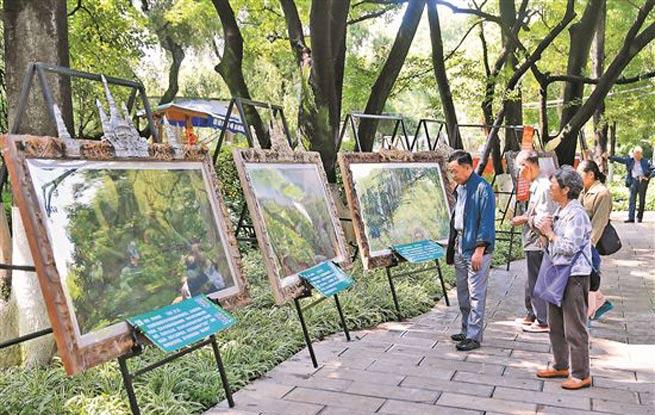 环保画展吸引游客