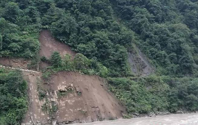 云南贡山县山体滑坡时摩托经过 车上2人疑似被埋