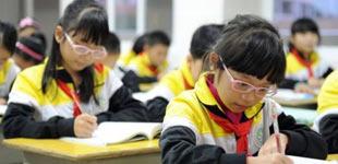 91.6%受访中小学生家长担忧孩子视力         暑假来临,一些中小学生几乎每天都在手机、电脑的陪伴下度过,或者需要完成很多作业。