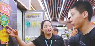 摸家底 昆明老字号的生存现状        2017年国内销售的高效节能空调、电冰箱、洗衣机等可实现年节电约100亿千瓦时。