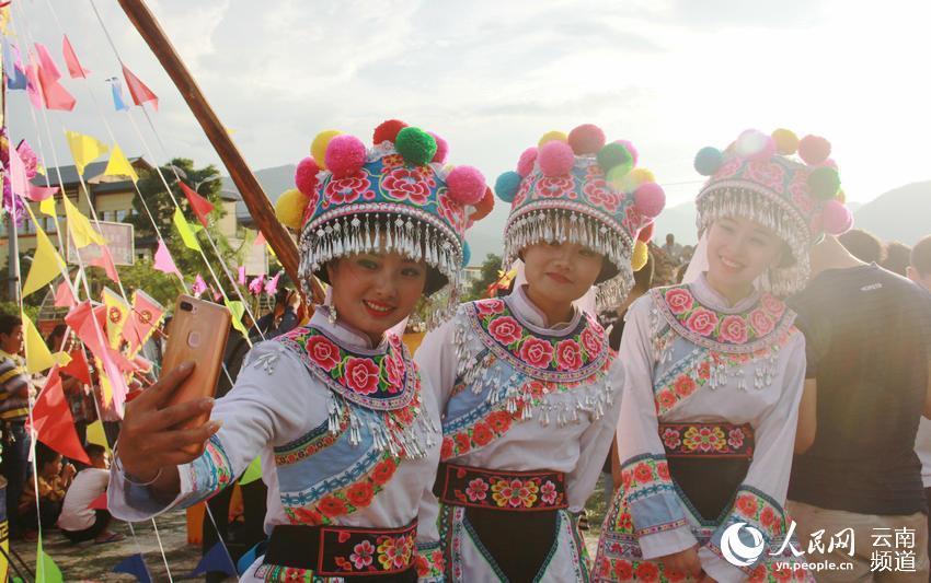 8月6日晚,几位彝族同胞在火把节篝火晚会上自拍。(李灿美摄)