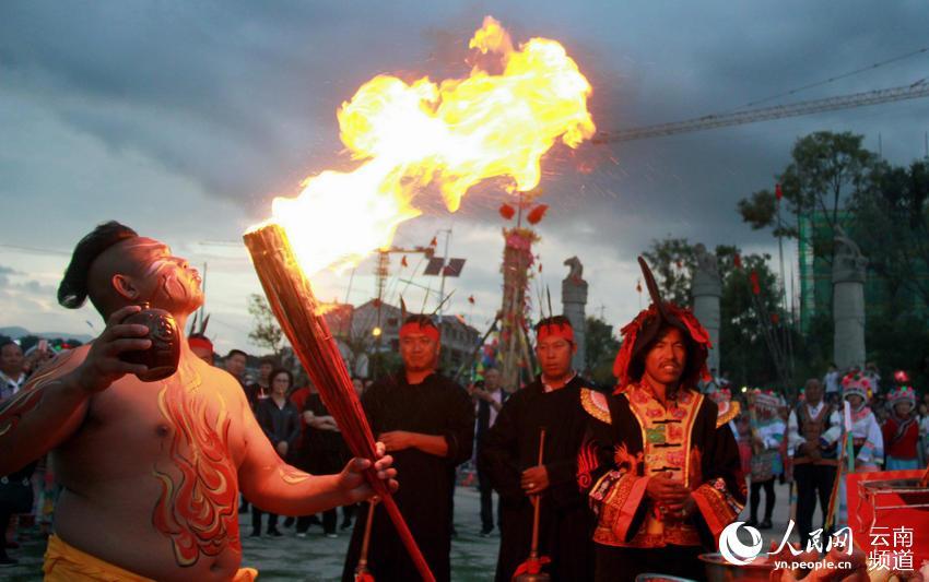 漾濞县火把节毕摩诵经祭火仪式。(李灿美摄)
