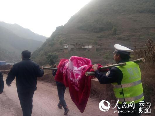 云南两孕妇临产遇塌方封道 交警自制担架与众人合力相助