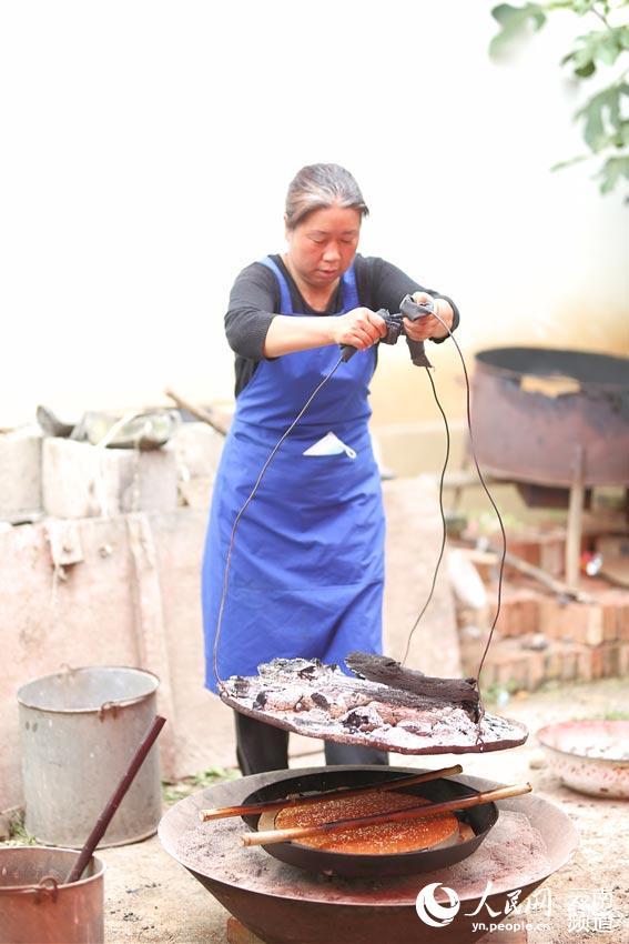 白族大妈制作月饼。摄影:年耀红