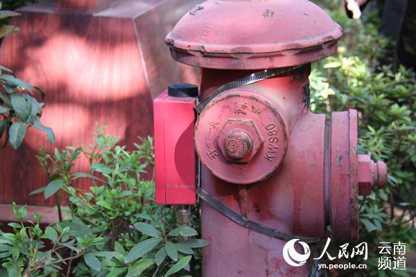 丽江古城内的智慧消防栓。(人民网 符皓 摄)