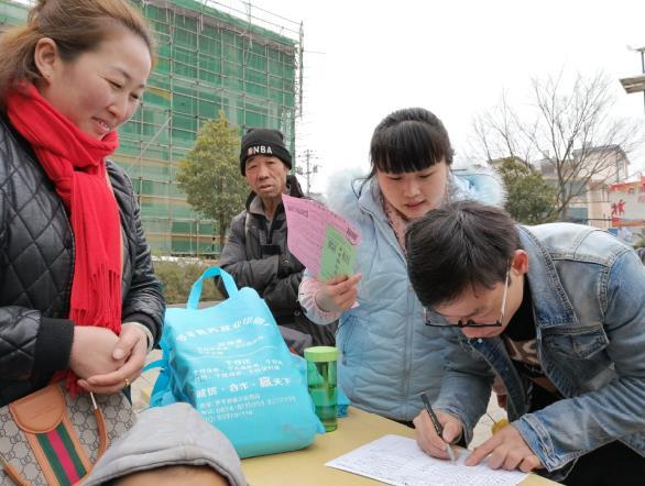 云南省罗平县抢先鸣响新年劳务输