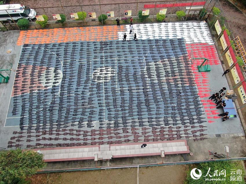 云南:1213张鳄鱼皮被查获 铺满篮球场
