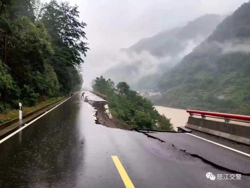 """贡山县城往福贡县方向5公里处路面坍塌。据""""怒江交警""""微信公号"""