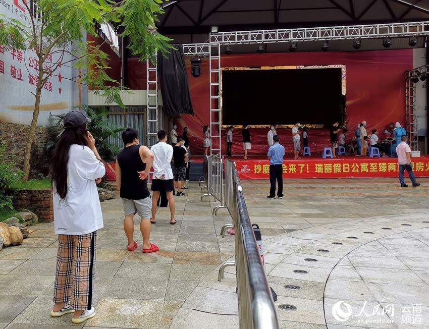 瑞丽兴安社区财富广场检测点,人们有序排队。摄影:符皓