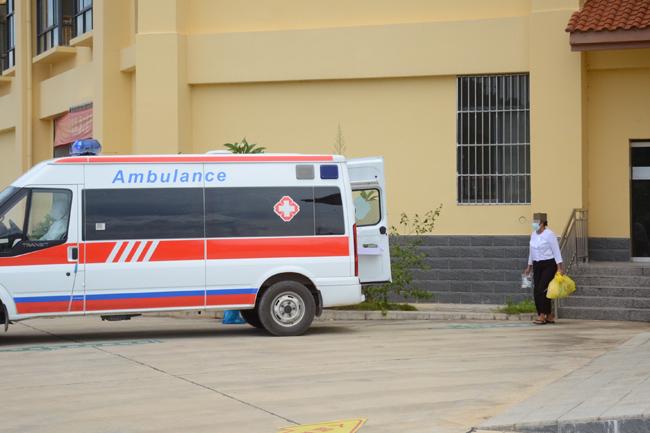 瑞丽首批治愈患者走出医院病区。德宏州委宣传供图